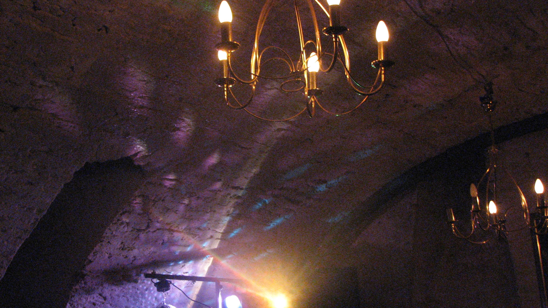 später am Abend: Disko im Gewölbekeller